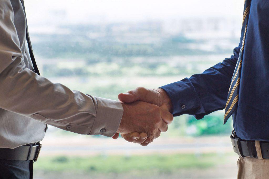twee mannen geven een hand